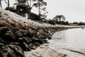 rocher a gauche et mer a droite