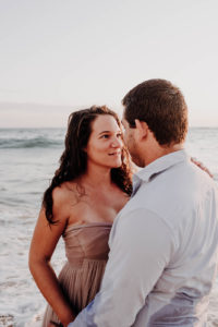 un couple dans l'océan se regarde