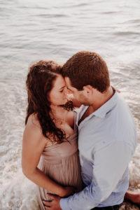 calin d'un couple dans une vague