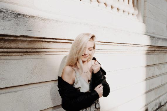 gros plan femme blonde dans rayon de soleil fond blanc