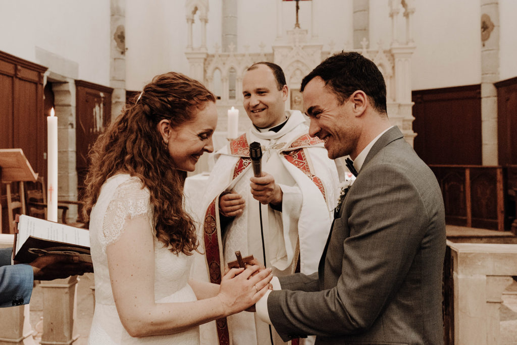 échange des voeux des mariés devant le curé