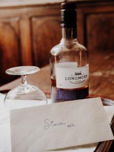 bouteille de whisky et lettre de voeux d'un mariage