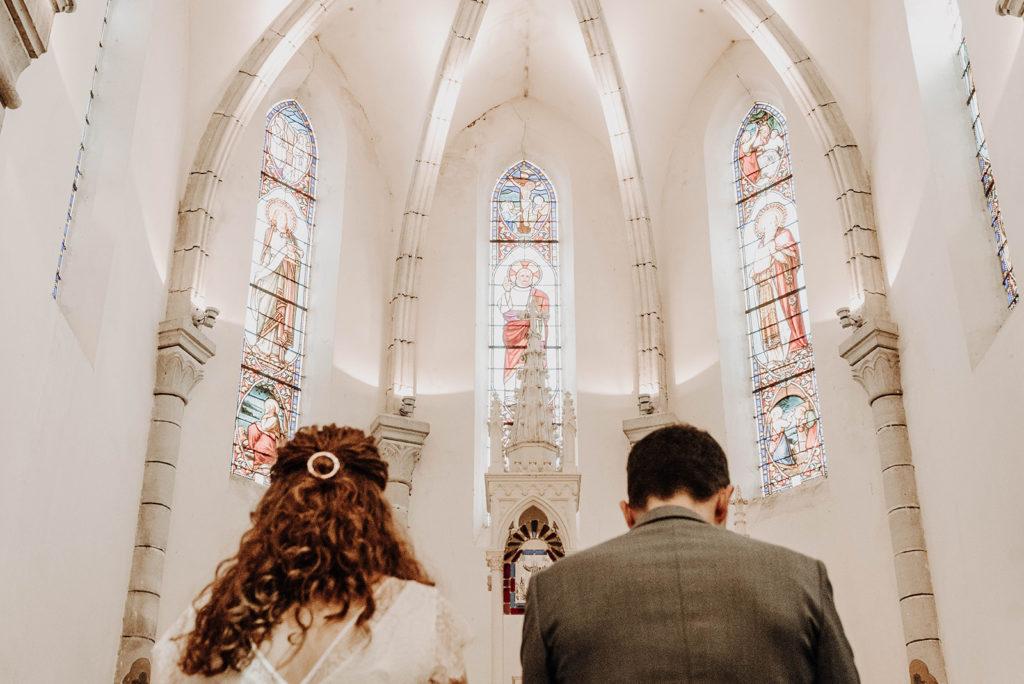 vue plongeante mariés face à l'autel église