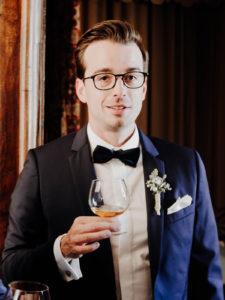 témoin mariage trinque au whisky