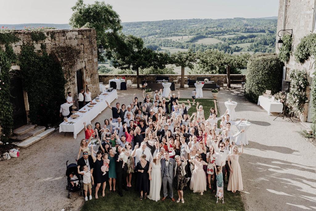 photo de groupe vue du dessus cour de chateau médiéval