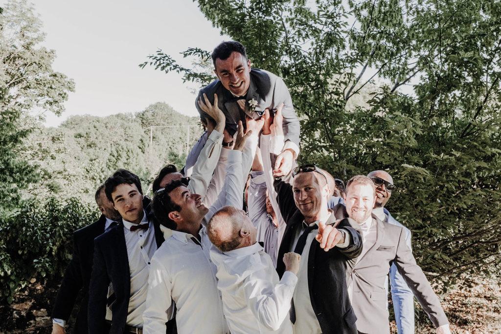 photo de groupe lancé du marié