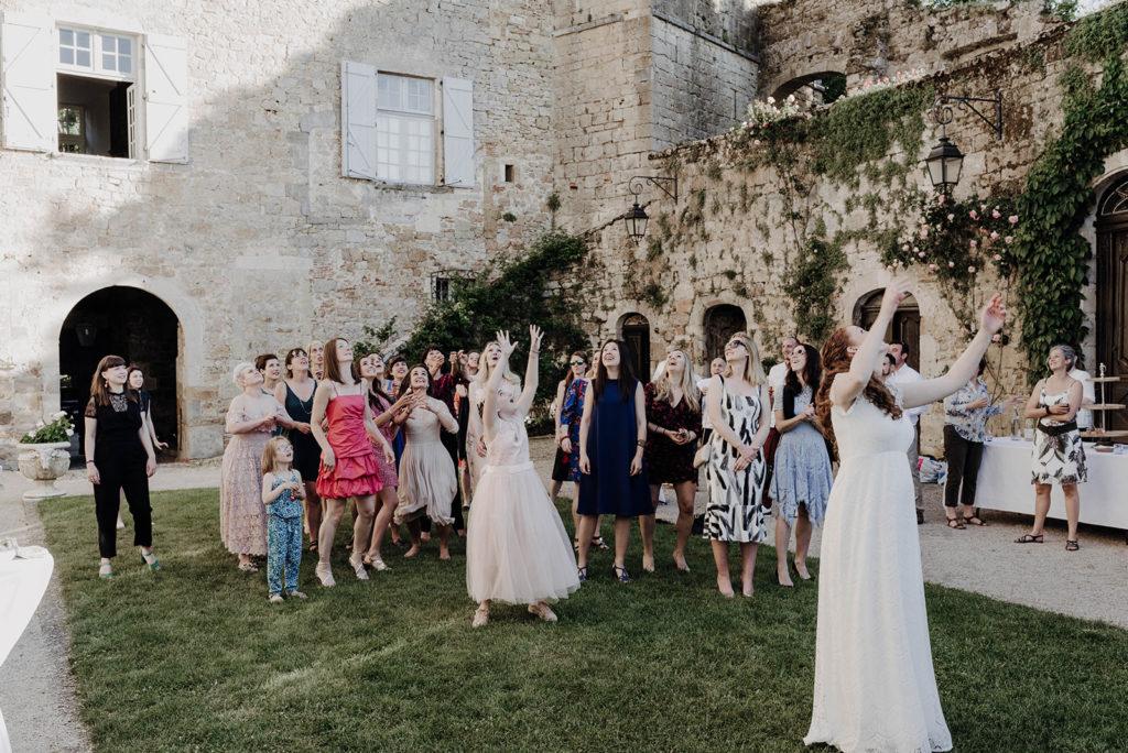 lancé de bouquet dans la cour d'un chateau médiéval