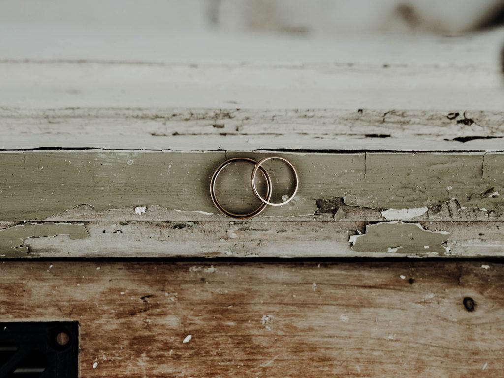 alliances sur un vieux rebord de fenêtre en bois