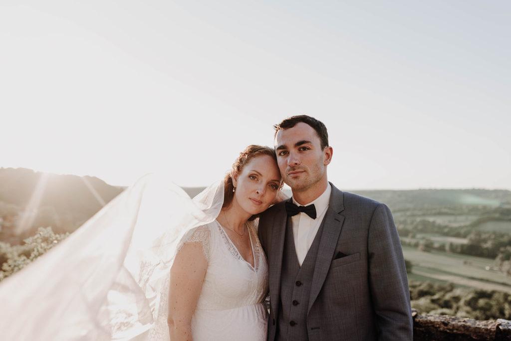 photo de couple avec voile de mariée dans le vent arrière plan vallée du lot