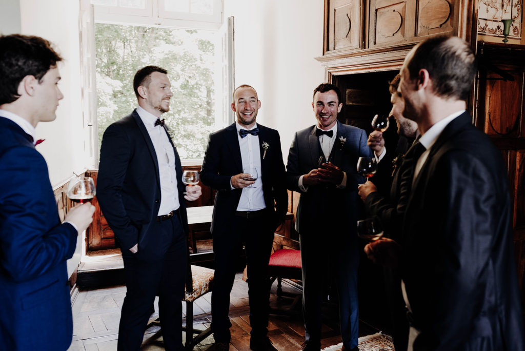 garçons d'honneurs trinquent avec le futur marié