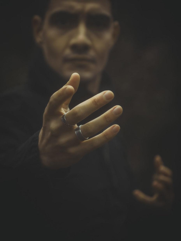 détails des mains du conteur