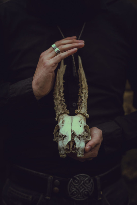 le conteur tient un crane de chevreuil entre ses mains