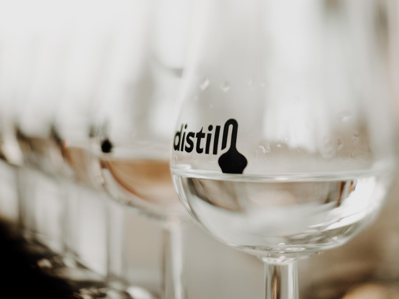 logo sur un verre à dégustation