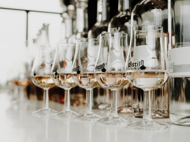 camaieu de liqueur dans les verres à dégustation