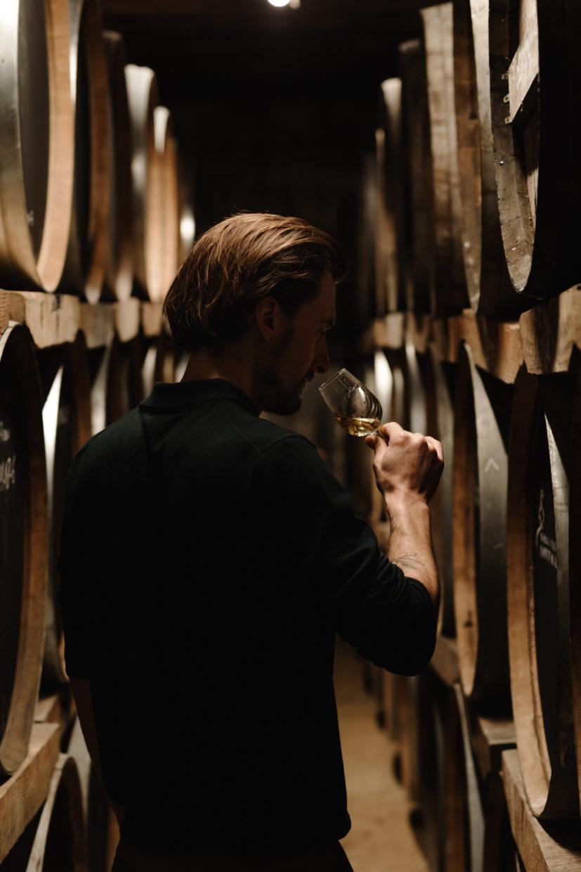 portrait du directeur de la distillerie dans le chai