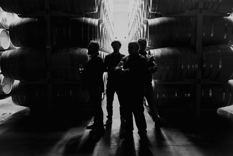 photo de groupe dans le chai en noir et blanc
