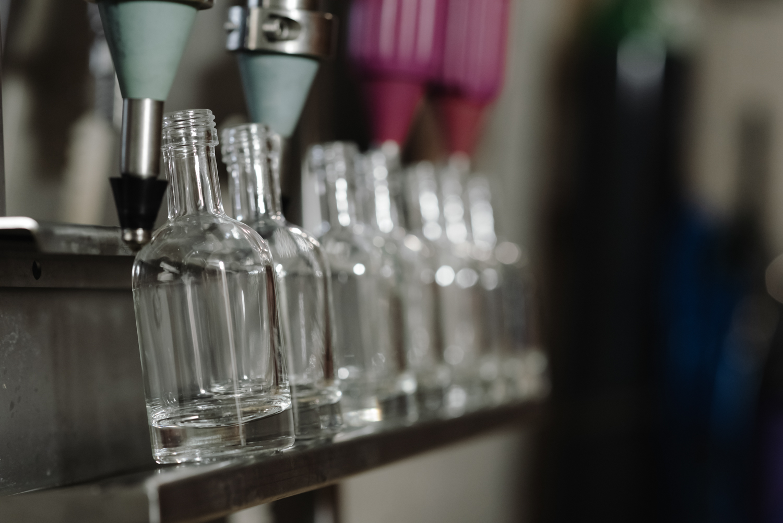 alignement des bouteilles de whisky à la tireuse