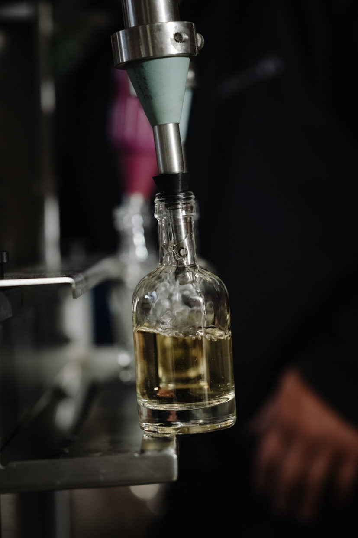 écoulement du whisky dans sa bouteille à la tireuse